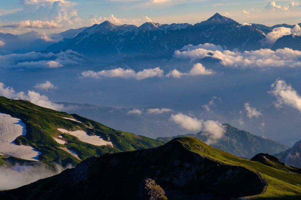 標高3000m級の北アルプスの頂を足元にして、周囲を眺め渡した瞬間。
