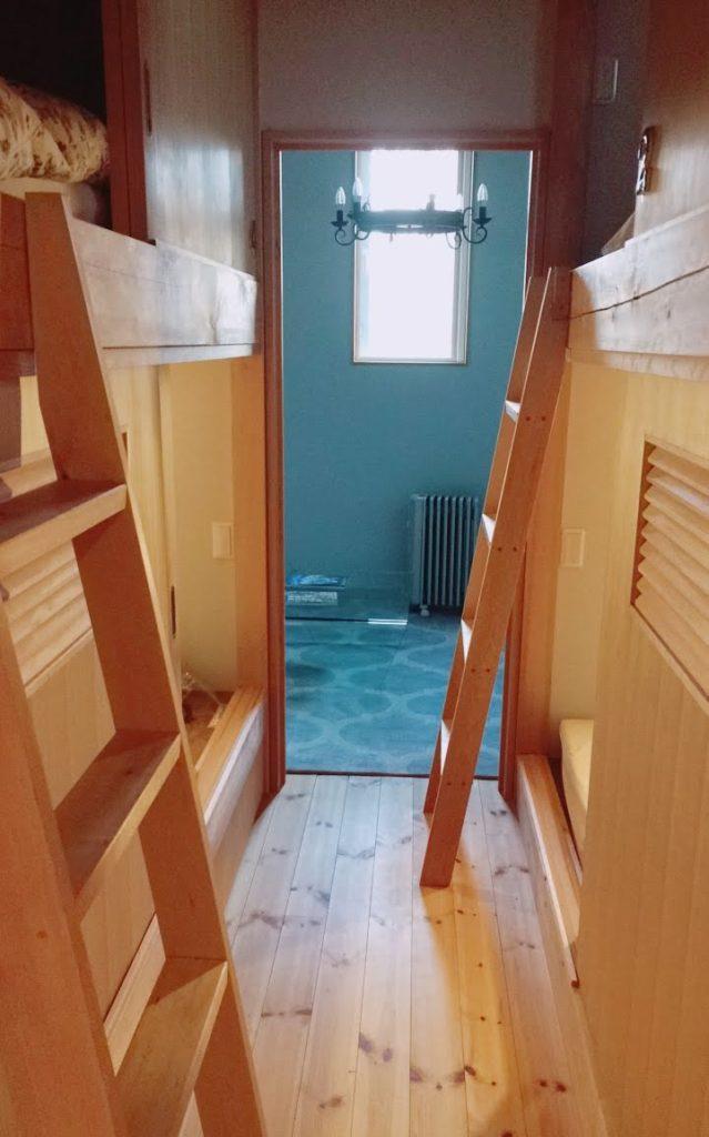 宿泊は清潔で快適なドミトリー式