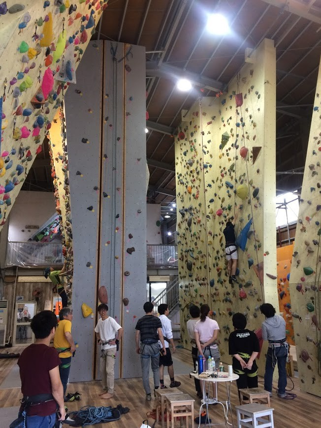 ロープ壁が充実しており、正面の壁には2本のクラック課題もあります。