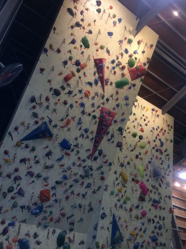 前傾壁は2種類。たぶん、強傾斜のほうは130度くらい、その右は110度くらいかと。
